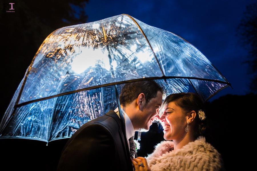 fotografia de boda con lluvia