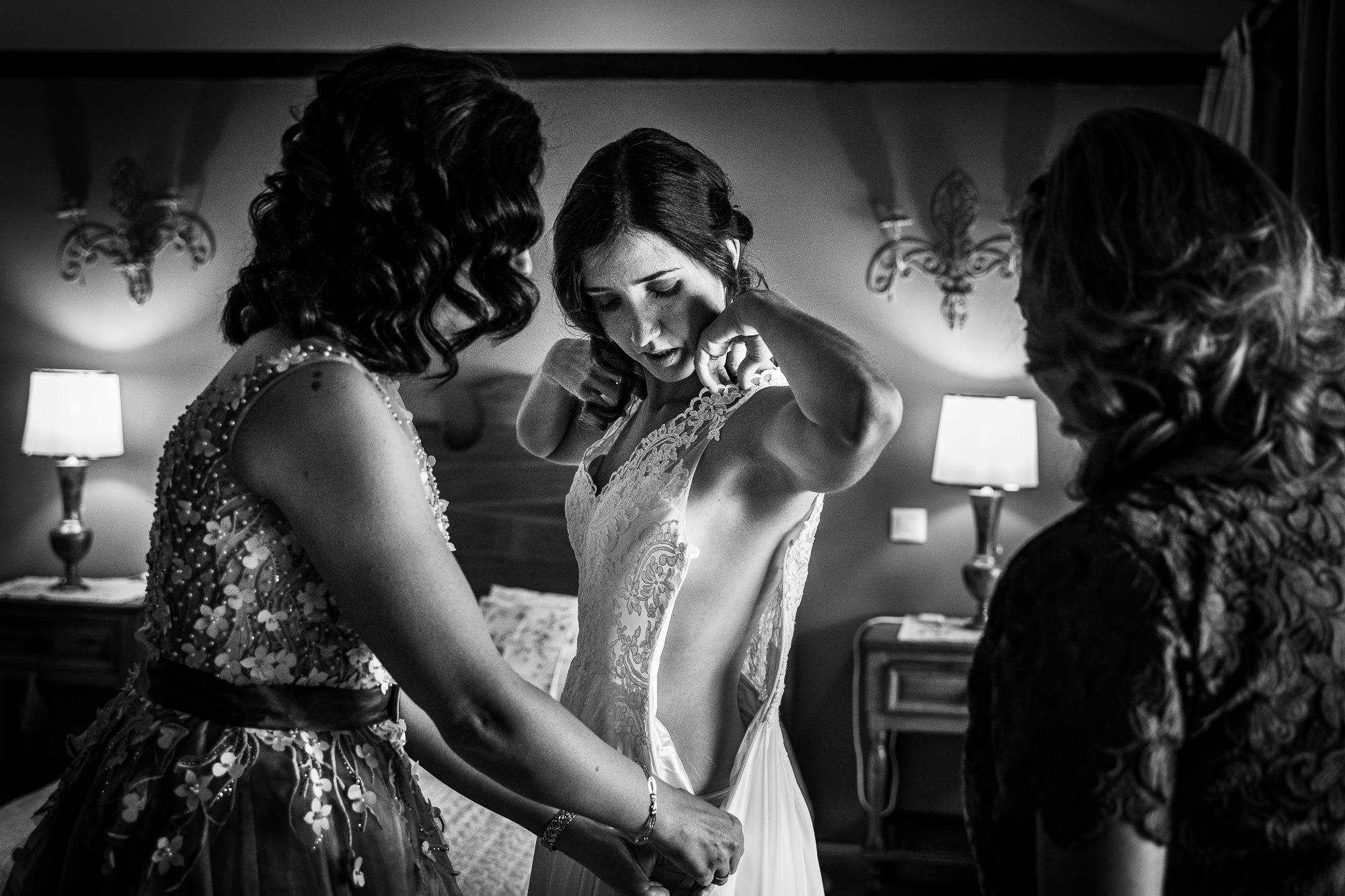novia vistiendose en la suite de la finca encinasola