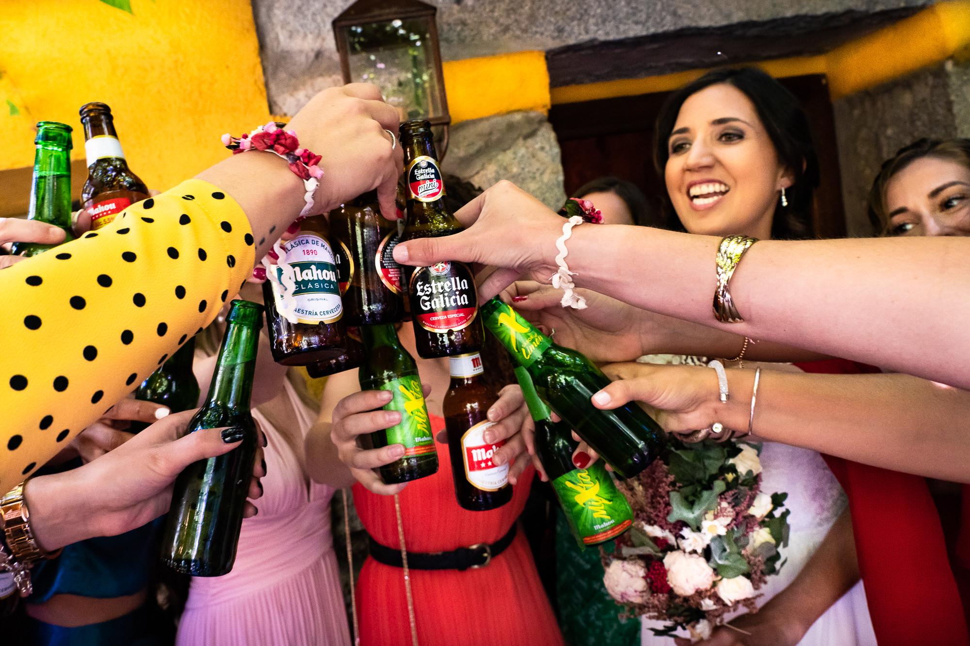 novia brindando con sus amigas con cerveza