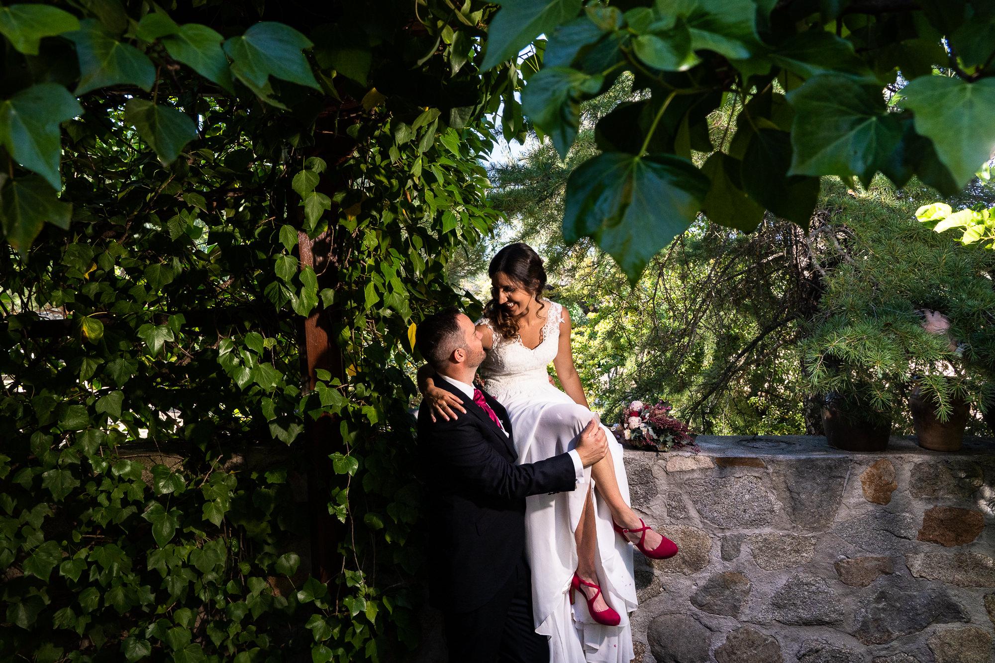 fotografia de pareja en los jardines de la finca encinasola
